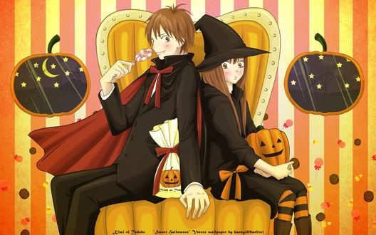 Обои Сета Кадзэхая / Shouta Kazehaya и Савако Куронума / Sawako Kuronuma из аниме Достучаться до тебя / Kimi ni Todoke сидят на кресле с тыквами и конфетами на Хэллоуин / Halloween