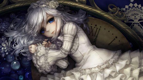 Обои Грустная девочка с голубыми глазами плачет на фоне часов