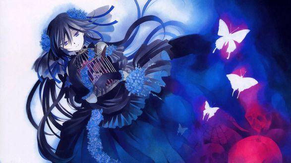 Обои Алиса / Alice из аниме Сердца Пандоры / Pandora Hearts в платье с синими розами, обнимает клетку с сидящим в ней игрушечным черным кроликом, среди бабочек и черепов
