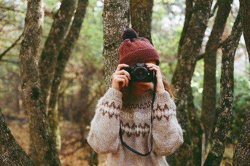 Обои Девушка с фотоаппаратом в лесу, by stefania jane