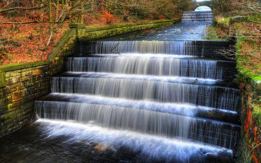 Обои Небольшой водопад на лестнице в парке долины Yarrow / Ярроу, England / Англия, фотограф Howard Brown