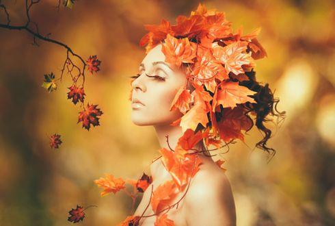 Обои Девушка в венке из кленовых листьев на размытом фоне