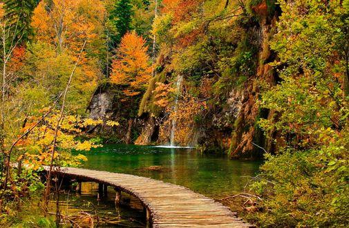 Обои Водопад в осеннем парке с бревенчатым мостиком в Plitvice Lakes National Park, Croatia / Национальном парке на Плитвицких озерах, Хорватия, фотограф Jesus Sanchez-Bermejo Ramos