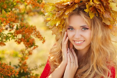 Обои Девушка в венке из желтых листьев на фоне размытой облепихи