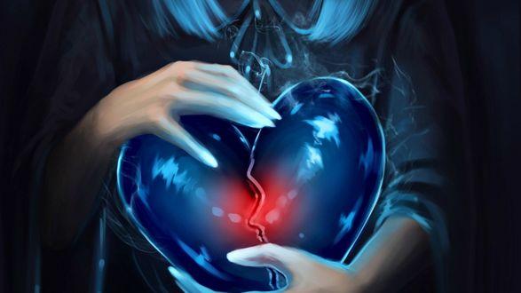 Обои Расколотое стеклянное сердце в руках девушки
