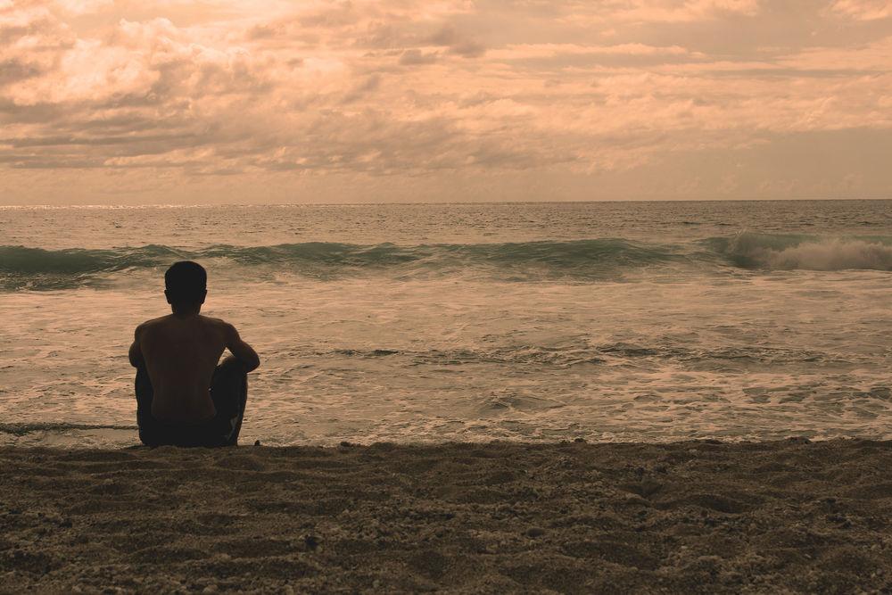 Мужчина на берегу моря картинки