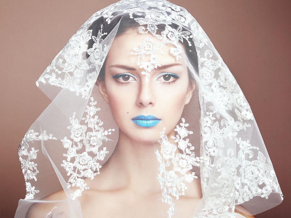 Обои для рабочего стола Невеста в фате с синими губами