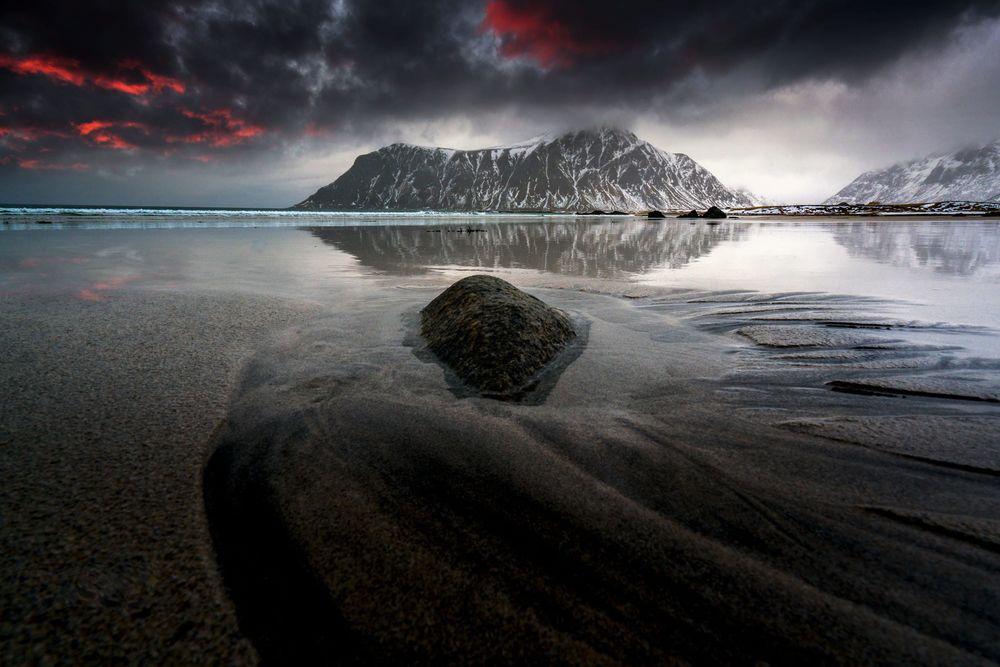 Обои для рабочего стола Гора под облачным небом посреди озера, Lofoten, Norway / Лофотенские острова, Норвегия, фотограф Adnan Bubalo