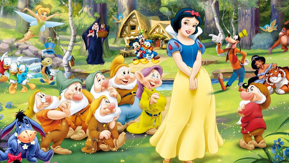 Обои для рабочего стола Герои мультфильмов, в центре стоит Snow White and the Seven Dwarfs / Белоснежка и семь гномов, компании Walt Disney / Уолта Диснея, на лесной полянке