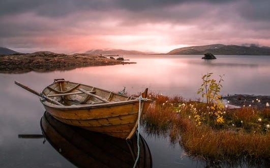 Обои Причаленная к островку лодка, ранее осеннее утро, фотограф Jоrn Allan Pedersen