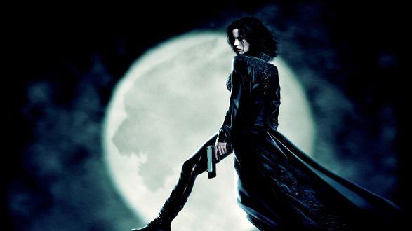 Обои Вампирша Силен из фильма Underworld с пистолетом на фоне полной луны