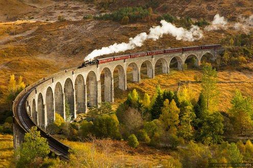 Обои Железнодорожный состав мчится по дороге в Hogwarts / Хогвартс, фотограф Marco Grassi