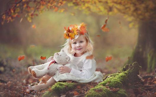 Обои Девочка с плюшевым медвежонком сидит на камне под осенним деревом, фотограф Andrea Strunk