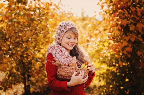 Обои Девочка с корзинкой ягод в осеннем лесу