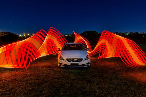 Обои Ночь, белый автомобиль окружен абстрактными линиями