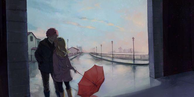 Обои Рыжий парень целует девочку с красным зонтом на улице у дороги в дождливый осенний день