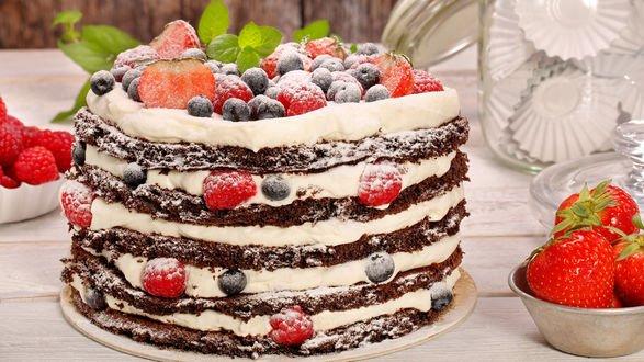 Обои Аппетитный торт с ягодами и кремом, покрытый глазурью