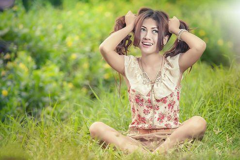 Обои Девушка с хвостиками сидит на траве летним днем, автор Ferdi Angriawan