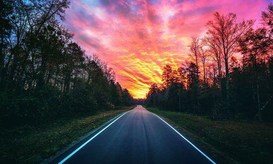 Обои Дорога уходящая вдаль под красивым вечерним небом