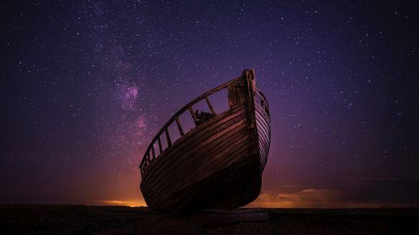 Обои Разбитая лодка на берегу, на фоне красивого звездного неба