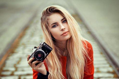 Обои Модель Кассандра с фотоаппаратом, фотограф Lods Franck