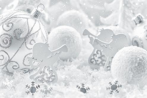 Обои Елочные игрушки, белые шарики и ангелочки