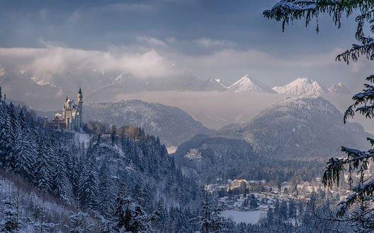 Обои Замок Neuschwanstein / Нойшванштайн в Германии зимой среди гор и лесов