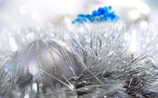 Обои Новогодний шарик, мишура и голубой цветок на столе