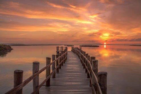 Обои Деревянный мост, уходящий к горизонту, фотограф Ricardo Mateus