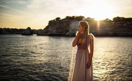 Обои Модель Анна стоит на фоне скал в воде, фотограф Miki Macovei