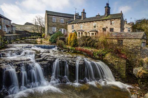 Обои Небольшой водопад прямо в старинном городке, North Yorkshire, Great Britain / Северный Йоркшир, Великобритания