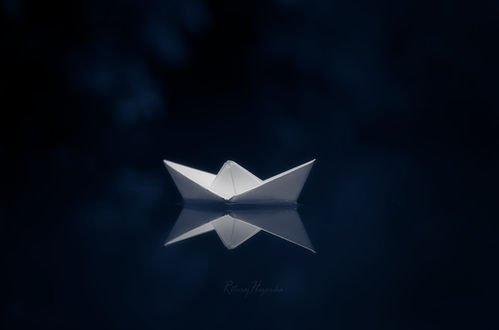 Обои Бумажный кораблик на синем фоне, фотограф Rituraj H