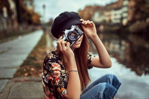 Обои Девушка Мелина с фотоаппаратом в руке, фотограф Lods Franck