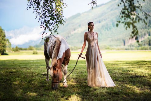Обои Модель Matea с лошадью, фотограф Miki Macovei