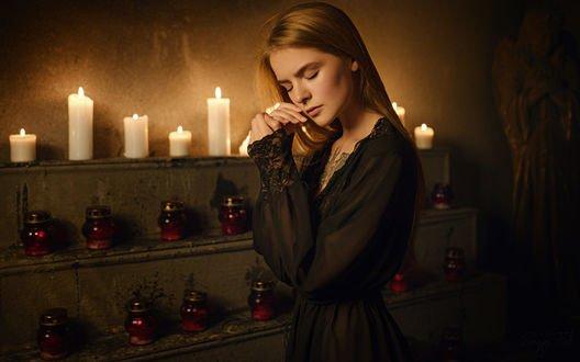 Обои Модель Василиса стоит на фоне горящих свечей, фотограф Sergey Fat