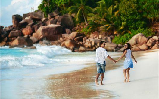Обои Влюбленная пара гуляет по берегу моря держась за руки