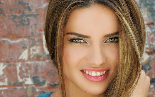 Обои Adriana Lima / Адриана Лима улыбается в камеру