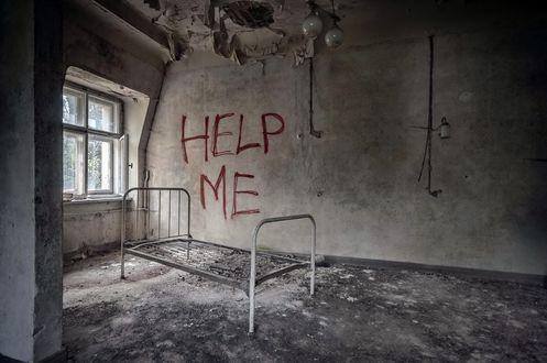 Обои Старая железная кровать в комнате заброшенного дома (HELP ME)