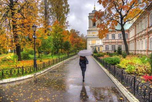 Обои Девушка с зонтом идет по аллее, Александро-Невская лавра, октябрь, Санкт-Петербург, фотограф Ed Gordeev