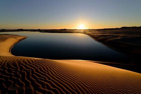 Обои Рассвет над водой и песчаным берегом, фотограф Kane Hartill