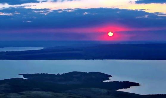 Обои Розовый закат над водоемом, фотограф Николай Плугарев