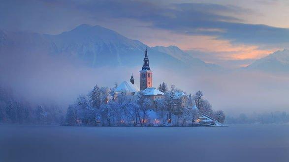 Обои Остров с церковью на замерзшем озере Блед, Словения