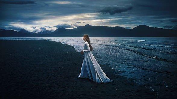 Обои Девушка в длинном платье стоит на побережье, фотограф TJ Drysdale