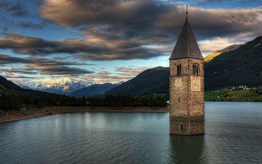Обои Старинная часовня посреди озера Реция, Италия / Rezia, Italy на фоне гор и неба с перистыми облаками, подсвеченными заходящим солнцем
