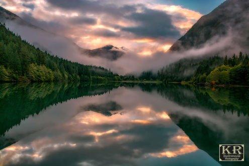 Обои Diablo Lake / Озера Диабло в окружении гор и зеленых деревьев, фотограф Kevin Russell