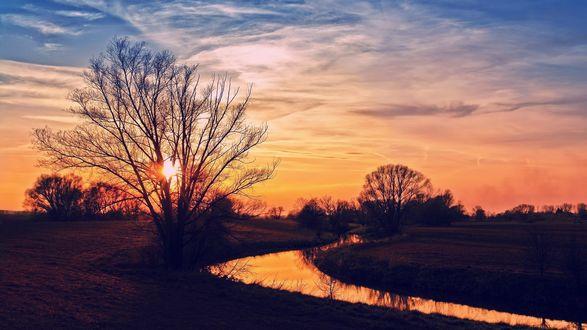 Обои Речка на фоне закатного неба