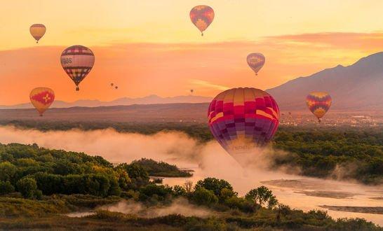Обои Воздушные шары над туманной природой, фотограф Serge Ramelli