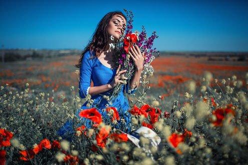 Обои Модель Ксения с букетом цветов стоит в поле, фотограф Sergey Shatskov