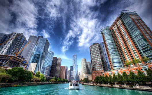Обои Прогулочный катер плывет по каналу города Chicago / Чикаго, USA / США
