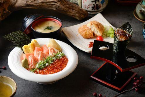 Обои Японская кухня: красивая сервировка блюд из рыбы с икрой, ролл на деревянной подставке, суп в миске